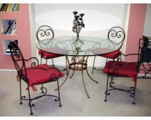 Кованые стулья и стол со стеклянной столешницей
