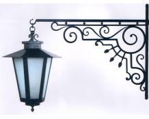 Кованый фонарь с узорным креплением к стене