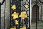кованая лоза на заборе, воротах