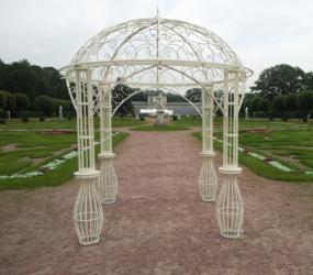 Кованая арка с узорным куполом