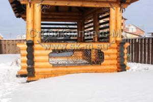 Деревянная беседка с коваными вставками и элементами