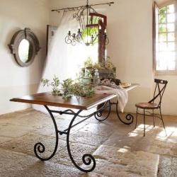 Кованый стол с деревянной столешницей