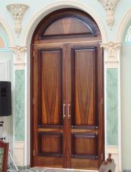 Деревянная дверь